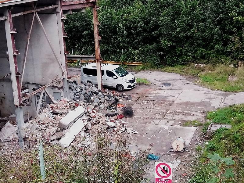 V areálu někdejší jablonecké výtopny Brandl se pracuje na plánovaném odstřelu nejvyššího komínu v Libereckém kraji.