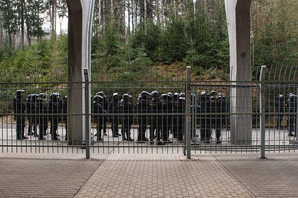 Na fotbalovém stadionu v Jablonci nad Nisou proběhlo cvičení policistů, které simulovalo řádění fanoušků a následné vyklízení fanouškovského kotle.