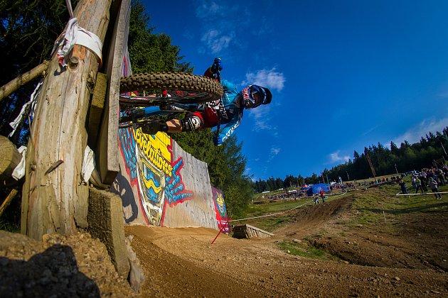 Kvalifikace závodu světové série horských kol ve fourcrossu, JBC 4X Revelations, proběhla 14. července v bikeparku v Jablonci nad Nisou. Finále se koná 15. července. Na snímku je Tomáš Slavík.