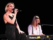 V novoborském divadle se v sobotu v podvečer odehrálo finále soutěže Sluníčko deníku. Z obou krajů vyslal každý okres dvě dívenky, soutěžilo dvacet mladých slečen.