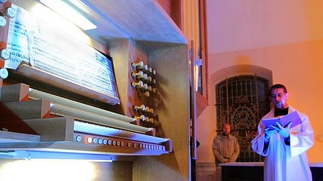 Ve čtvrtek večer posvětil děkan Oldřich Kolář nové varhany v kostele sv. Anny v Jablonci nad Nisou. Nástroj o čtyřiatřiceti rejstřících po rekonstrukci, jež přišla na osm milionů korun včetně stavebních úprav, rozezněl na koncertu Petr Hostinský.