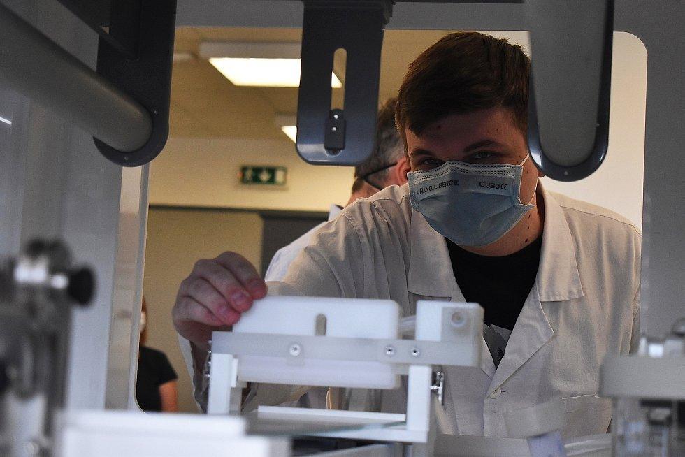 Prostory laboratoří liberecké firmy Elmarco budou využívat studenti železnobrodské Střední uměleckoprůmyslové školy sklářské pro studium zaměření Nanotechnologie a polymery.