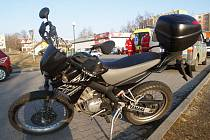 První letošní nehoda motorkáře skončila lehkým zraněním.