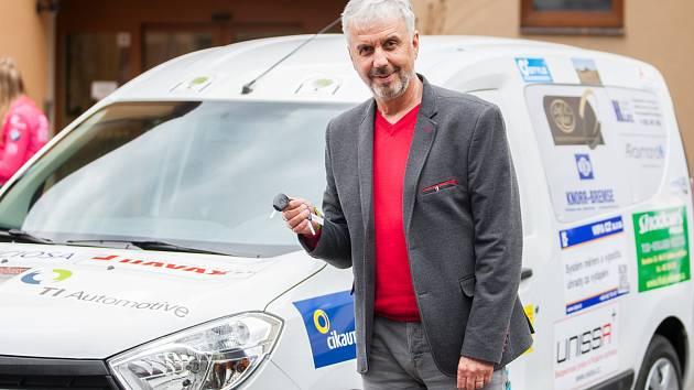 Slavnostnní předání automobilu v rámci projektu Sociální automobil proběhlo 27. dubna v Domově důchodců Velké Hamry. Na snmíku ředitel domova Důchodců Čestmír Skrbek.