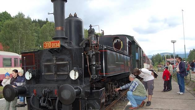 Zubačka oslavila 105. výročí. Pozornost dětí i dospělých budila stará lokomotiva.