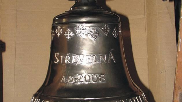 Zvon, který bude do věžičky v osadě Střevelná slavnostně zavěšen v sobotu v patnáct hodin.