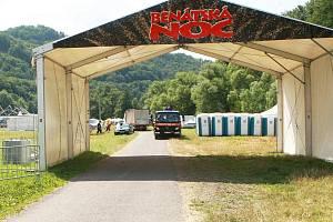 Areál festivalu Benátská noc začíná růst. Ilustrační snímek pochází z příprav loňského ročníku festivalu.