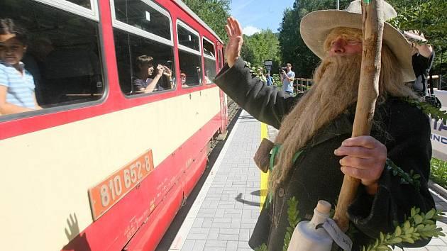 Krakonoš pokynul prvnímu vlaku, který zastavil v nové zastávce.
