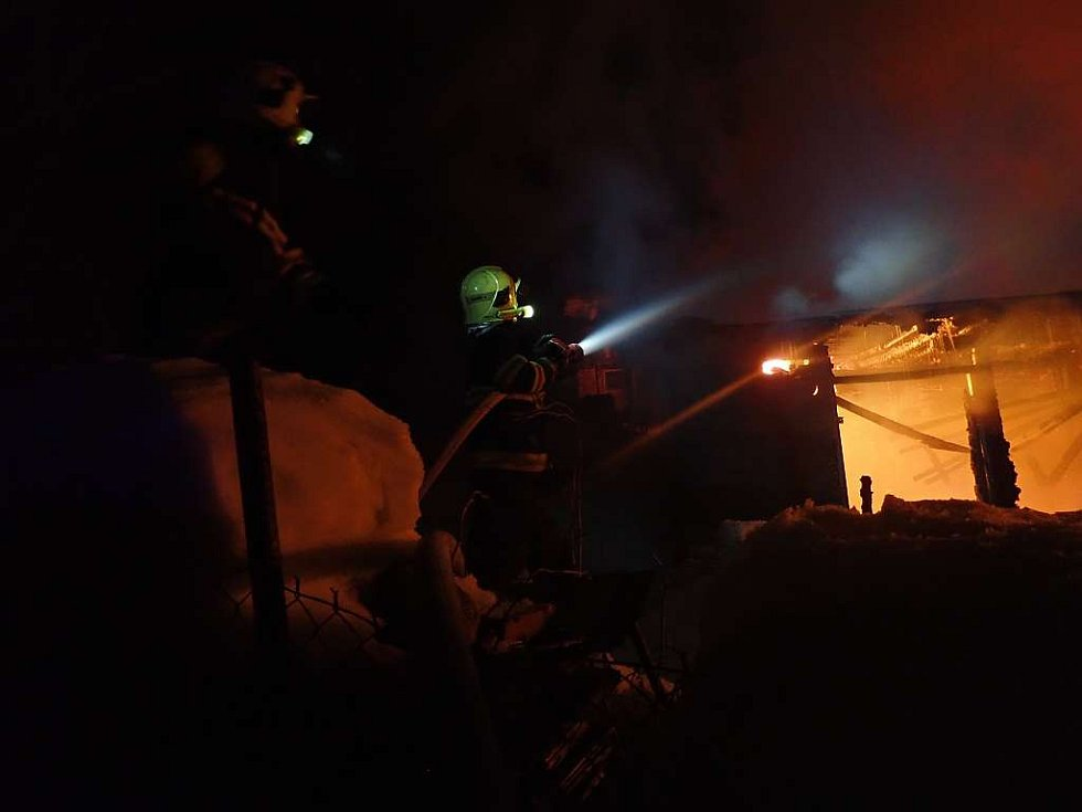 Hasiči zasahovali po celou noc u požáru rodinného domu.