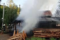 Hasiči bojovali s požárem pily v obci Desná.