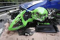 Z motocyklu zbyl jen šrot. Při druhé pondělní nehodě s účastí motorkáře skončil motocykl pod koly Škody Forman.