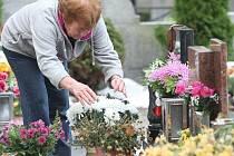 Lidé již nyní navštěvují hřbitovy, aby přichystali vše potřebné na Památku zesnulých, která připadá na 2. listopadu. Ke vší smůle se přehnala nejen přes Jablonecko před několika dny sněhová vichřice, která dočasně zamezila přístup na hlavní hřbitov.