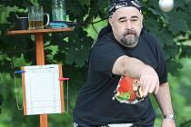 Již tradičně se konal na kurtech v Líšném místní open.Tentokráte se turnaje zúčastnilo 36 trojic a celkem si kouli osahalo přes stopadesát hráčů. Na snímku Viktor Mužíček