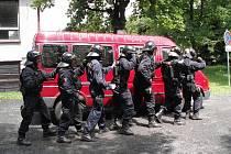 Nácvik na zákrok. Pořádková policie z Jablonce v akci. Cvičili v okolí Černé Studnice a Bedřichova.