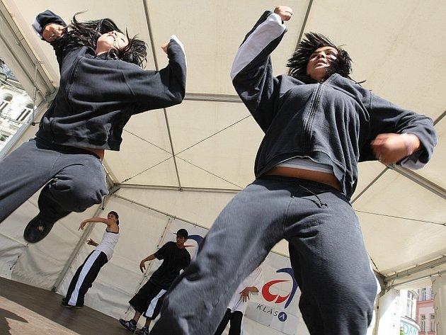 Den s Deníkem v Jablonci nad Nisou. Děti z Dětského domova v Jablonci n.N. tančí break dance a elektric boogie