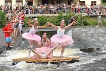 Mezi oblíbené doprovodné akce festivalu Benátská noc na Malé Skále patří kromě fotbalového utkání hvězd rockového nebe i tradiční Neckyáda na Jizeře. Na snímku plavidlo baletek.