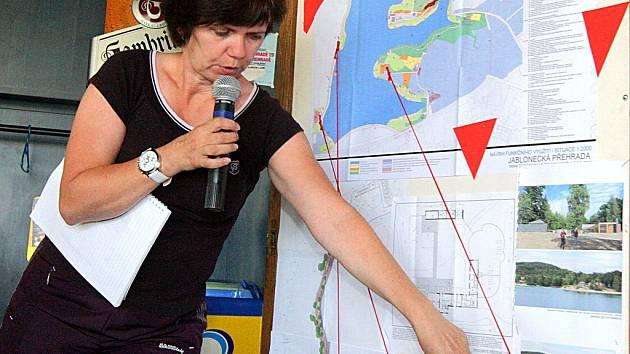 Veřejnou diskuzi představitelů města s občany Jablonce nad Nisou zahnalo nestálé počasí z plánovaných Slunečných lázní do Corny haly. Tyto veřejné diskuze probíhají v Jablonci jako moderovaný workshop.