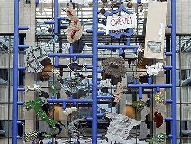 Entropa. Plastika výtvarníka Davida Černého. Jedni ji fandí, duzí ji zatracují.
