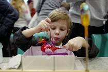 Tvořivá dílna v Muzeu skla a bižuterie každým rokem mezi svátky vítá množství zájemců. Letos dekorovali ozdoby nebo skládali origami.