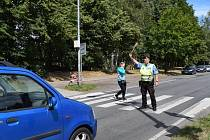 Strážníci a policisté hlídají přechody u škol.