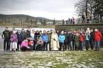 Potápěči se i s rodinami sešli na břehu jablonecké přehrady k požehnání vody kaplanem Petrem Šabakou a také k prvnímu ponoru.