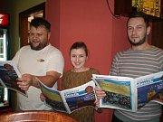 Na deseti místech za Jablonecko se zpívalo při akci Česko zpívá koledy 2015. Na snímku osazenstvo Restaurace U Brusírny.