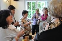 Přípitek zakončil včerejší zahájení Akademie umění a kultury pro seniory Libereckého kraje. Jejich pokroky budete moci sledovat i během veřejných vystoupeních ZUŠ.