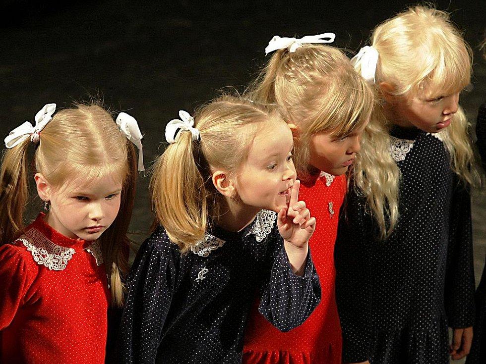 Přehlídka dětských pěveckých sborů mateřských škol Libereckého kraje Kytička písniček proběhla ve středu ve velkém sále jabloneckého Eurocentra.