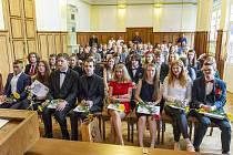 Vysvědčení převzali gymnazisté z Tanvaldu na radnici.