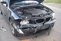 Řidič BMW nedobrzdil za stojícím autem a způsobil zranění šestileté holčičky.