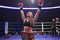 Páté Night of Warriors diváky nadchlo. Zápas o profi titul mistryně ČR v lowkicku vyhrála Sandra Mašková z Iron Fighters Jablonec 2:1 na body.