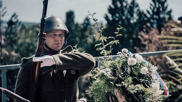 Jiří Fejfar drží čestnou stráž.