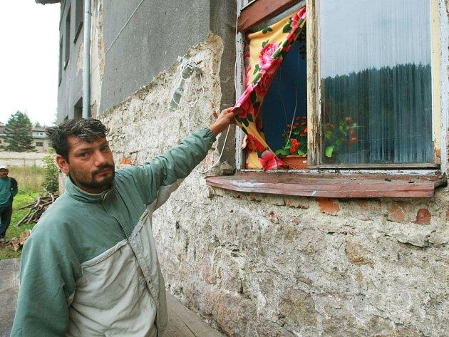 Problémy jsou letité. Před dvěma lety pan Červeňák obýval s čtyřmi dětmi byt s dekou místo okna.