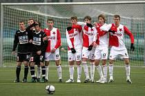 Fotbalový zápas ČFL na umělé trávě v Mozartově ulici v Jablonci mezi béčky FK Baumit Jablonec B a Slavia Praha B skončil s výsledkem 1:0. Zeď před pokutovým kopem.