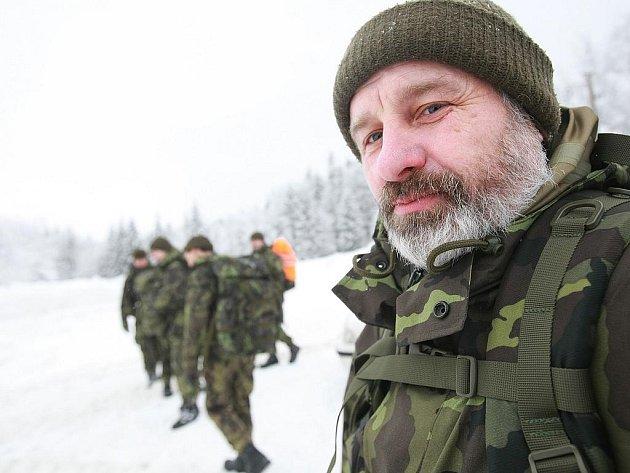 V PLNÉ POLNÍ. Příslušníci chemické brigády v Liberci cvičili ve čtvrtek v Jizerských horách orientaci a pěší pohyb na zasněženém a zmrzlém terénu. Skupina o síle jedné čety se ráno kolem osmé vydala pod velením poručíka Pánka na přesun do Jizerek.
