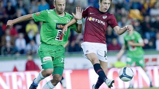 Vlevo jablonecký stoper Pavel Drsek.