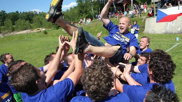 Fotbalisté Smržovky porazili v posledním utkání okresního přeboru Jenišovice B (v zeleném) 5:0. Tím si otevřeli cestu do I. B třídy.