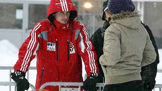 Závod SP ve skocích na lyžích byl s definitivní platností zrušen.  Šéf skoků na lyžích pro FIS Walter Hofer to oznámil před třetí hodinou odpoledne. Na snímku Jakub Janda.