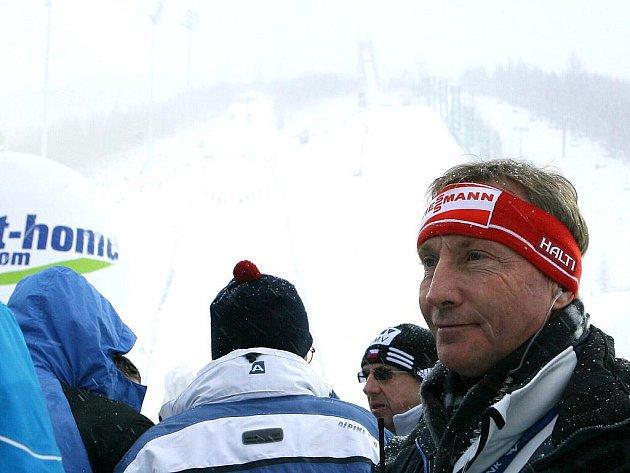 Závod SP ve skocích na lyžích byl s definitivní platností zrušen.  Šéf skoků na lyžích pro FIS Walter Hofer (na snímku) to oznámil před třetí hodinou odpoledne.