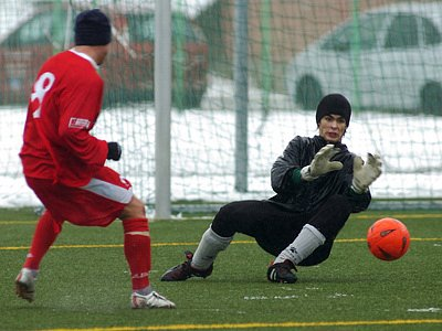Rezerva FK Jablonec 97 v neděli remizovala s druholigovým Ústím nad Labem 3:3, dobrý výkon v brance Jablonce podal brankář Kopal, který na snímku chytá sólo hráče hostí.