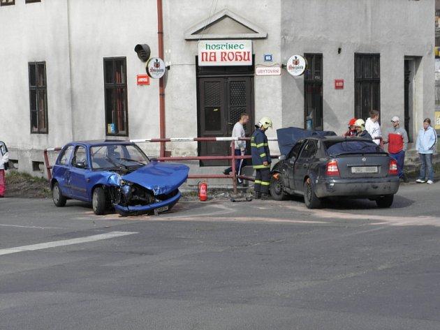 Ošklivou nehodu se zraněním řidičky zažil Ostrý roh. U nehody asistovali kromě Policie ČR také profesionální hasiči.
