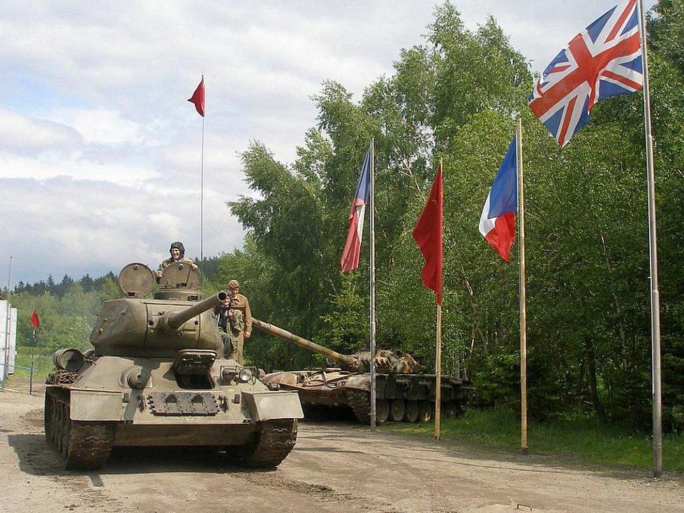 Plukovník Bedřich Opočenský na místě velel tanku T34. Stroji, kterému velel i při osvobozování Ostravy.