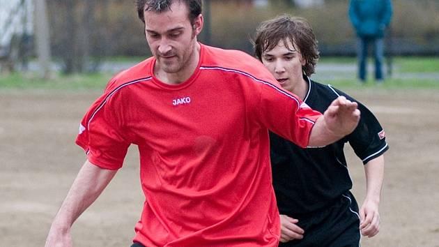 Z postupu do I. B třídy se v týmu Kokonína radoval i Mirek Šilhán (vpředu), který je na snímku v souboji s janovským Petrem Hrabánkem.