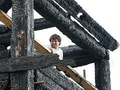 Specializovaná firma postavila uvnitř ohořelých trámů lešení a sundala samotný mechanismus zvonu. Po návštěvě památkáře se rozhodne, co zůstane původní a co se zcela vymění. Na snímku Dan Chadim při montáži pomocné konstrukce.