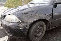POZDNÍ REAKCE. Řidič Seatu nestačil včas reagovat na auta, která v koloně brzdila, vyjel do protisměru a naboural do sanitky.