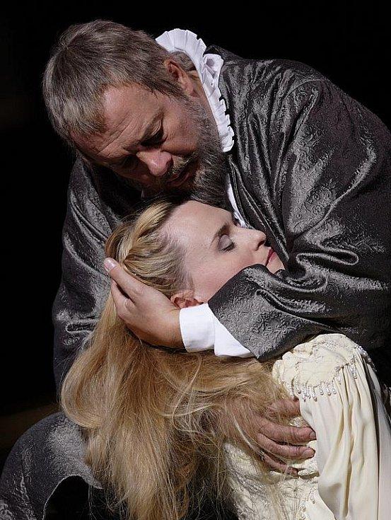 Přímý přenos Verdiho opery Don Carlos z Metropolitní opery v New Yorku. Ferruccio Furlanetto jako Philip II. a Marina Poplavskaja v roli Elisabeth de Valois.