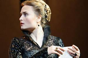 Přímý přenos Verdiho opery Don Carlos z Metropolitní opery v New Yorku. Marina Poplavskaja v roli Elisabeth de Valois.