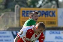 Miroslav Baranek se snaží dostat k míči.