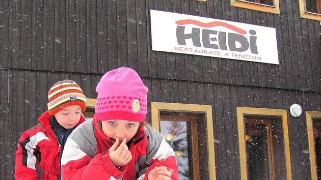 PRORODINNÉ PENZIONY JSOU VELMI ŽÁDANÉ. Možnost si vařit je ale většinou až na posledním místě zájmu. Jedním z takových penzionů je například i Heidi se dvěma budovami v lyžařském areálu Severák. Týden si tam užívá Bára a Matýsek s babičkami.