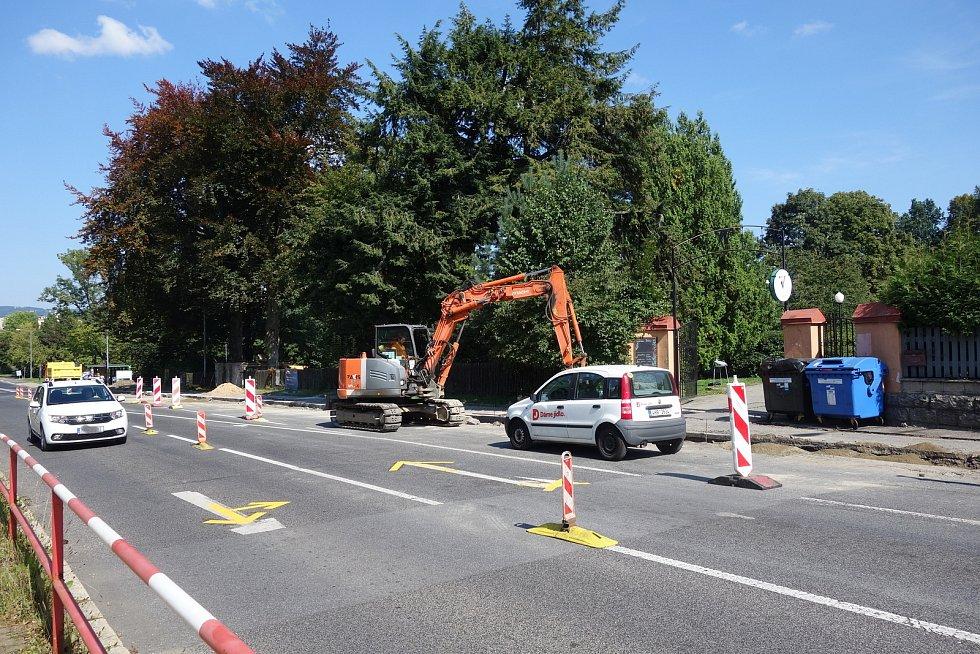 Dopravní komplikace v Palackého ulici, jedné z nejfrekventovanějších ulic Jablonce nad Nisou.